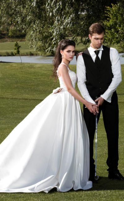 Торжественное свадебное платье пышного кроя с кружевным декором корсета и бретелей.