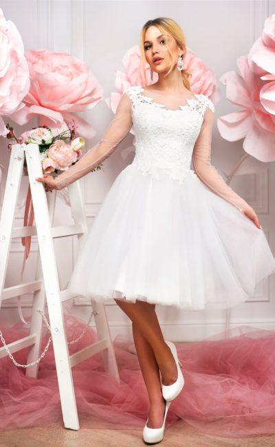 Пышное свадебное платье с короткой юбкой и закрытым верхом, украшенным кружевом.