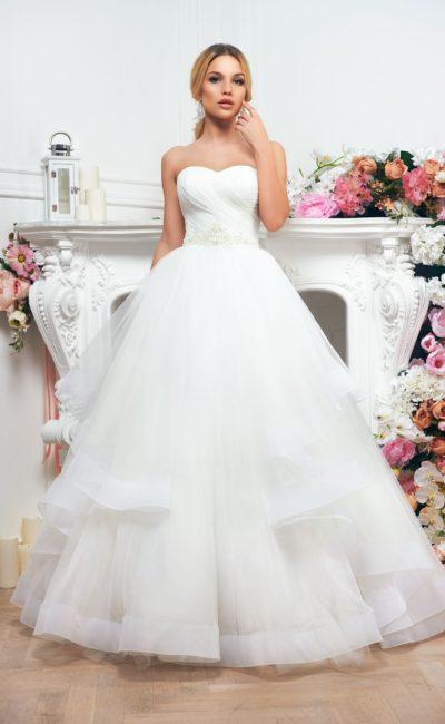 Классическое свадебное платье «принцесса» с открытым декольте и многоярусной юбкой.
