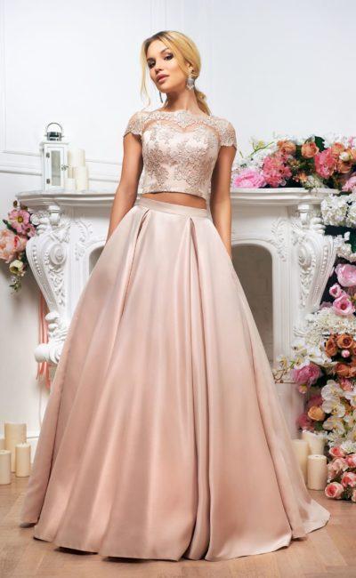 Атласное свадебное платье пепельно-розового цвета с укороченным топом и юбкой А-кроя.