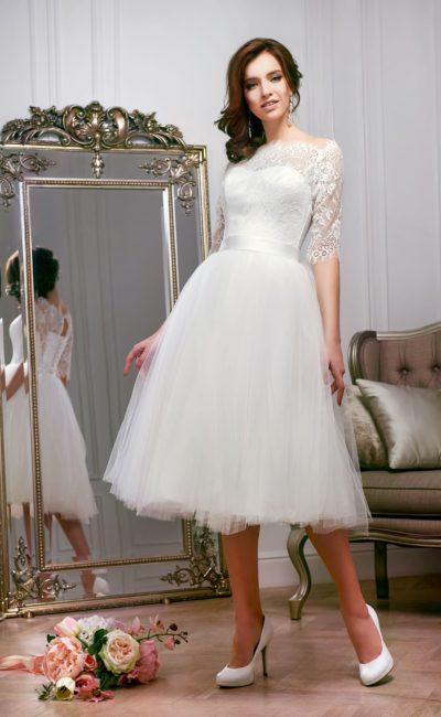 Романтичное свадебное платье с пышной юбкой чайной длины и кружевным верхом.
