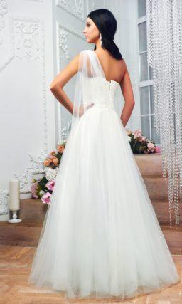 Необычное свадебное платье силуэта «принцесса» с асимметричным оформлением лифа.