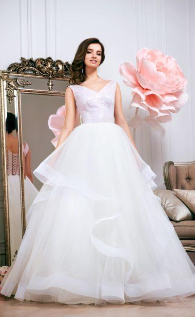 Пышное свадебное платье с многоуровневой юбкой и изящным V-образным вырезом.