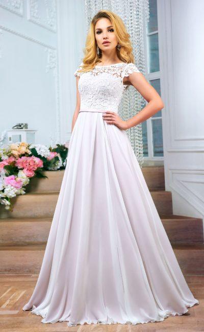 Лиловое свадебное платье силуэта «принцесса» с закрытым кружевным верхом.