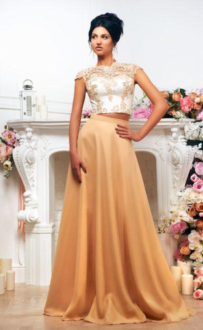 Свадебное платье «принцесса» с золотистой атласной юбкой и укороченным топом.