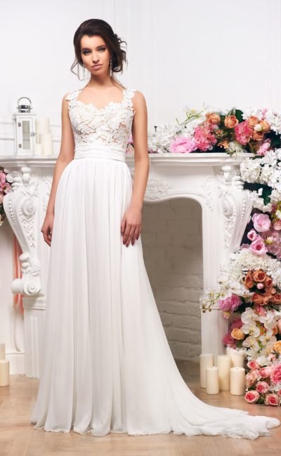 Прямое свадебное платье с элегантным шлейфом и фактурным декором лифа.
