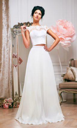 Свадебное платье с укороченным топом с кружевом и юбкой А-силуэта со шлейфом.