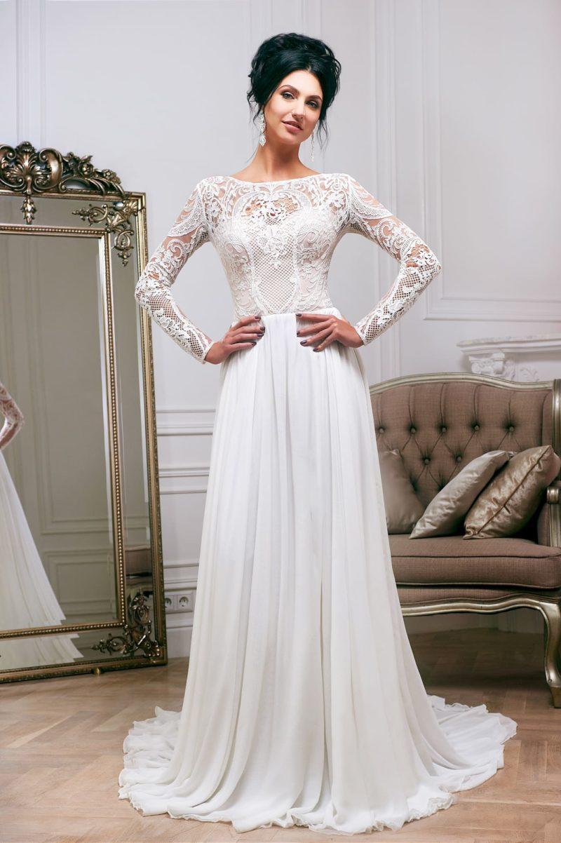 Эффектное свадебное платье прямого кроя с длинным кружевным рукавом и шлейфом.