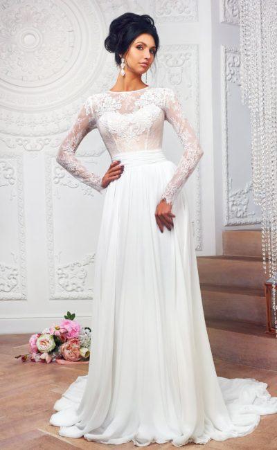 Прямое свадебное платье с длинным кружевным рукавом и округлым вырезом на спине.
