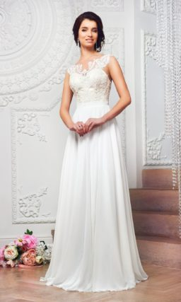 Оригинальное свадебное платье прямого кроя с открытой спиной и кружевным лифом.