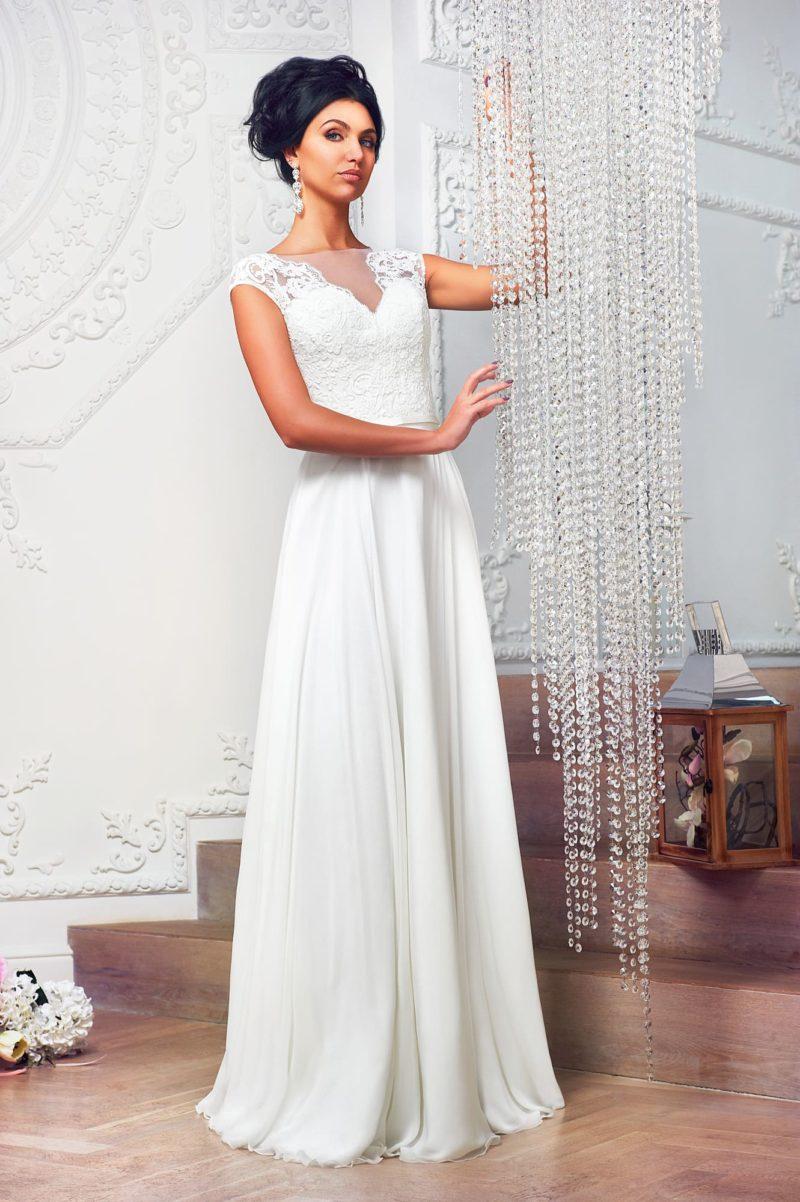 Прямое свадебное платье с широкими кружевными бретелями и V-образным вырезом.