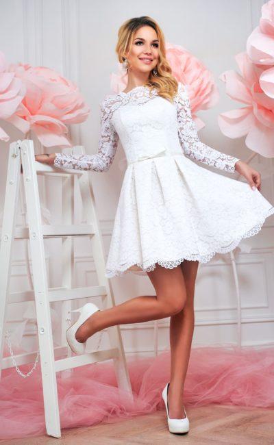 Соблазнительное свадебное платье с длинным кружевным рукавом и короткой юбкой.