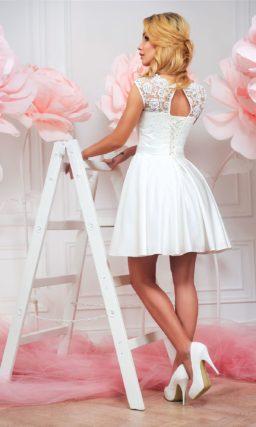 Атласное свадебное платье с короткой юбкой и элегантным кружевным верхом.