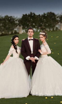 Изысканное свадебное платье пышного кроя с фигурным декольте и тонким рукавом.