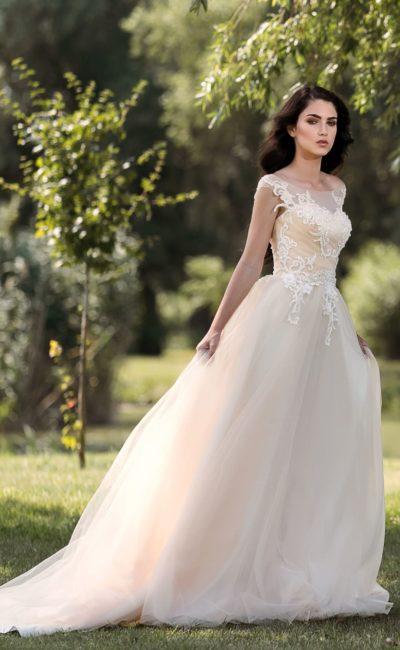 Прямое свадебное платье розового оттенка с многослойной юбкой из тюльмарина.