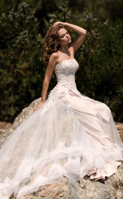 Великолепное пышное свадебное платье в пудровых тонах с эффектным открытым лифом.