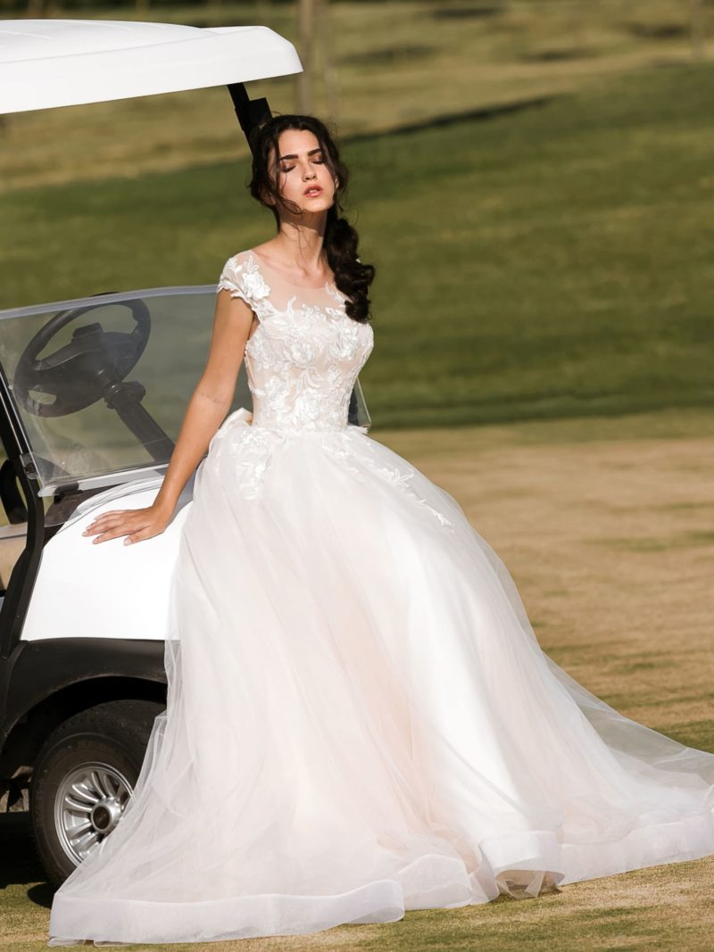 Романтичное свадебное платье прямого кроя в розовых тонах, с небольшим шлейфом.
