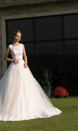 Бежевое свадебное платье с пышной многослойной юбкой и кружевной отделкой лифа.