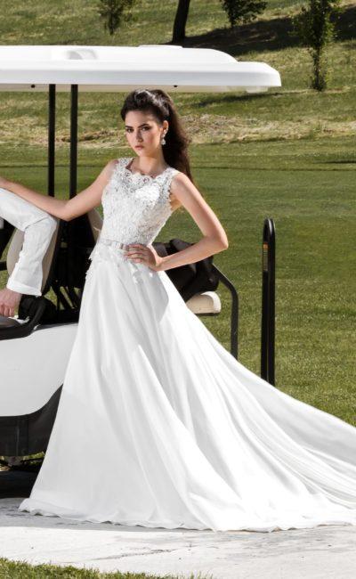 Свадебное платье с кружевным топом и атласной юбкой А-силуэта со шлейфом.