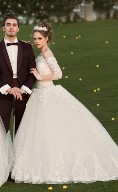 Пышное свадебное платье с эффектным кружевным портретным декольте и рукавами.