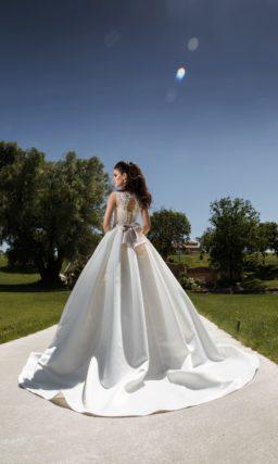 Невероятно пышное свадебное платье с атласной юбкой и закрытым кроем декольте.