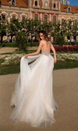 Свадебное платье «принцесса» с лифом, расшитым бисером, и многослойной юбкой.