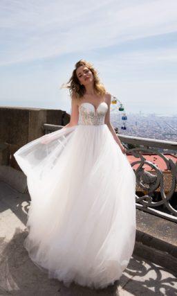 Свадебное платье с открытым корсетом и многослойной юбкой кроя «принцесса».