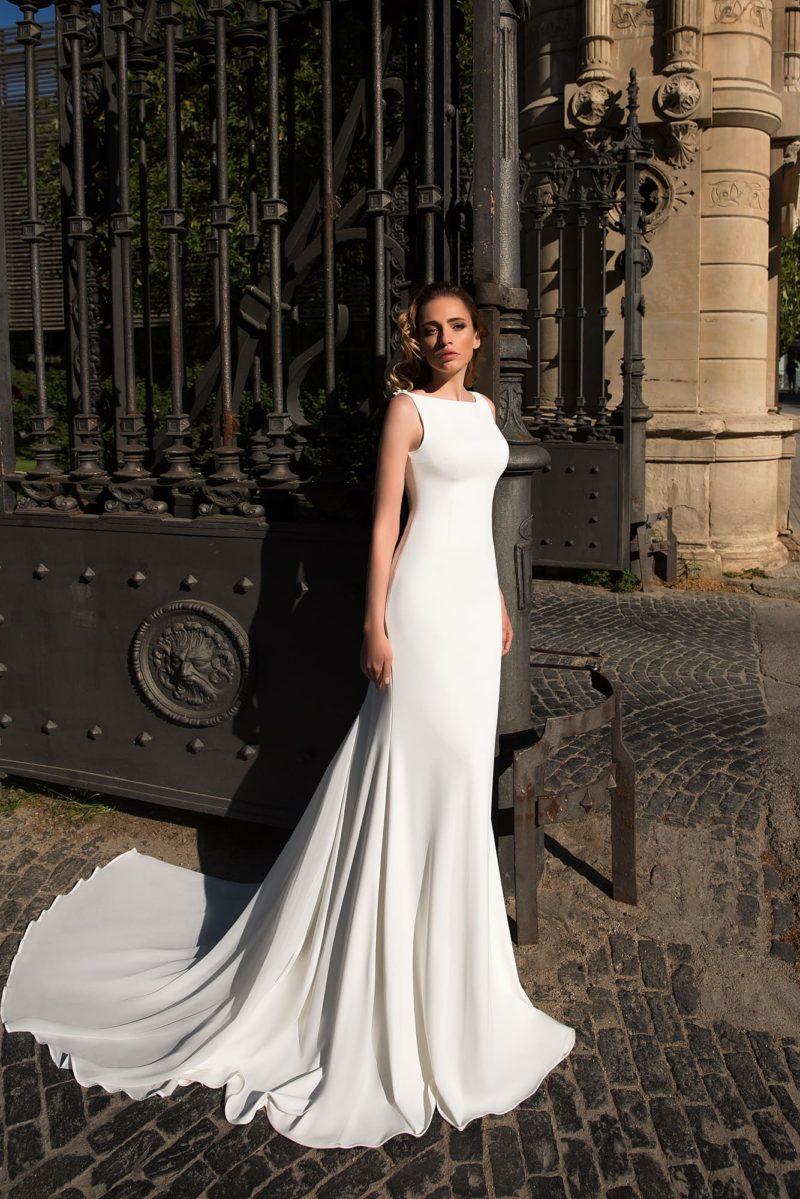 Свадебное платье в лаконичном стиле, с закрытым лифом и вырезом на спинке.