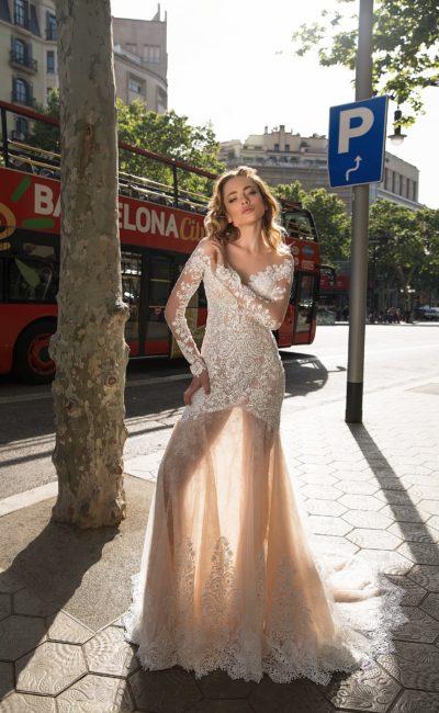 Свадебное платье с открытым верхом и соблазнительной полупрозрачной юбкой.