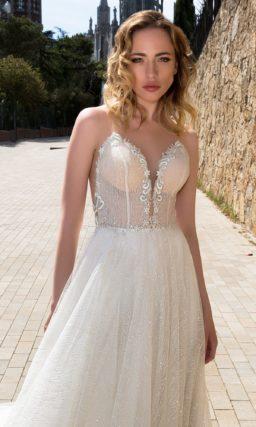 Свадебное платье «принцесса» с соблазнительным лифом и кружевным верхом юбки.