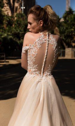 Свадебное платье «принцесса» с белым кружевным корсетом и бежевой юбкой.