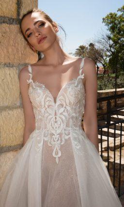 Свадебное платье А-силуэта с открытым верхом и романтичным кружевным декором.