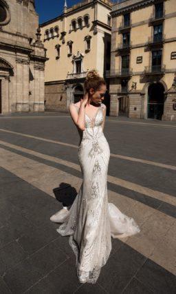 Свадебное платье «русалка» с серебристой отделкой из бисера и открытой спинкой.