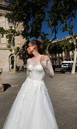 Свадебное платье А-силуэта с портретным декольте, длинным рукавом и кружевом.