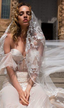 Облегающее свадебное платье «русалка» с чувственным открытым верхом.