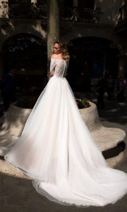 Свадебное платье прямого кроя с портретным декольте и царственным шлейфом.