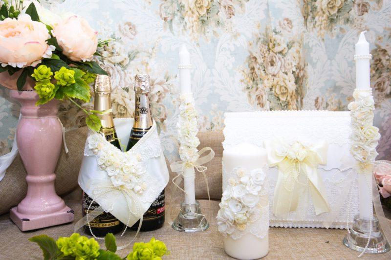 Романтичный свадебный набор из атласа и кружева, украшенный цветочными бутонами.