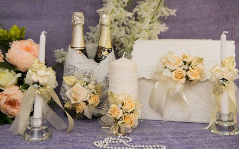 Роскошный свадебный набор из белого кружева с отделкой кремовыми бутонами.