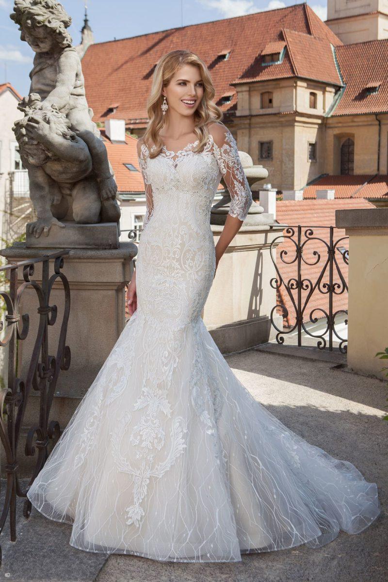 Свадебное платье «рыбка» с кружевным декором и рукавами длиной до локтя.