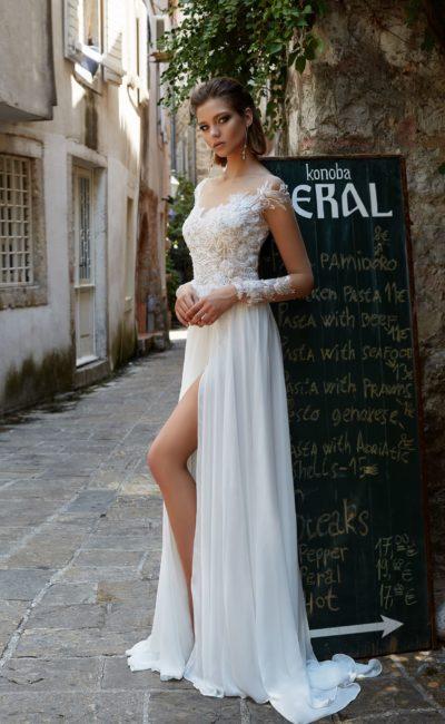 Свадебное платье прямого силуэта с кружевным верхом и разрезом по подолу.