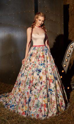 Вечернее платье с цветочным принтом на юбке «принцесса» и открытым верхом.