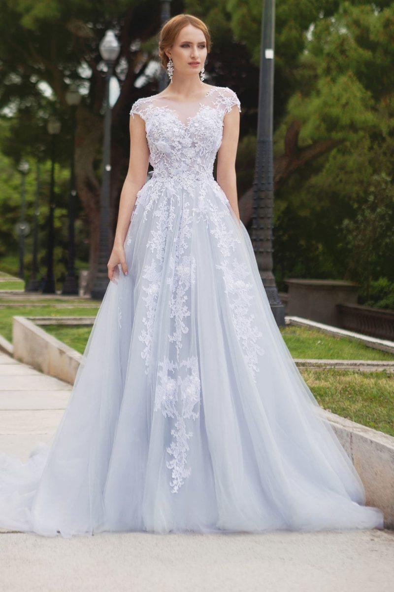 Свадебное платье А-силуэта с тонкой вставкой на спинке и кружевными аппликациями.