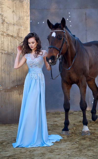 Вечернее платье с фактурной отделкой лифа и прямой юбкой со шлейфом.