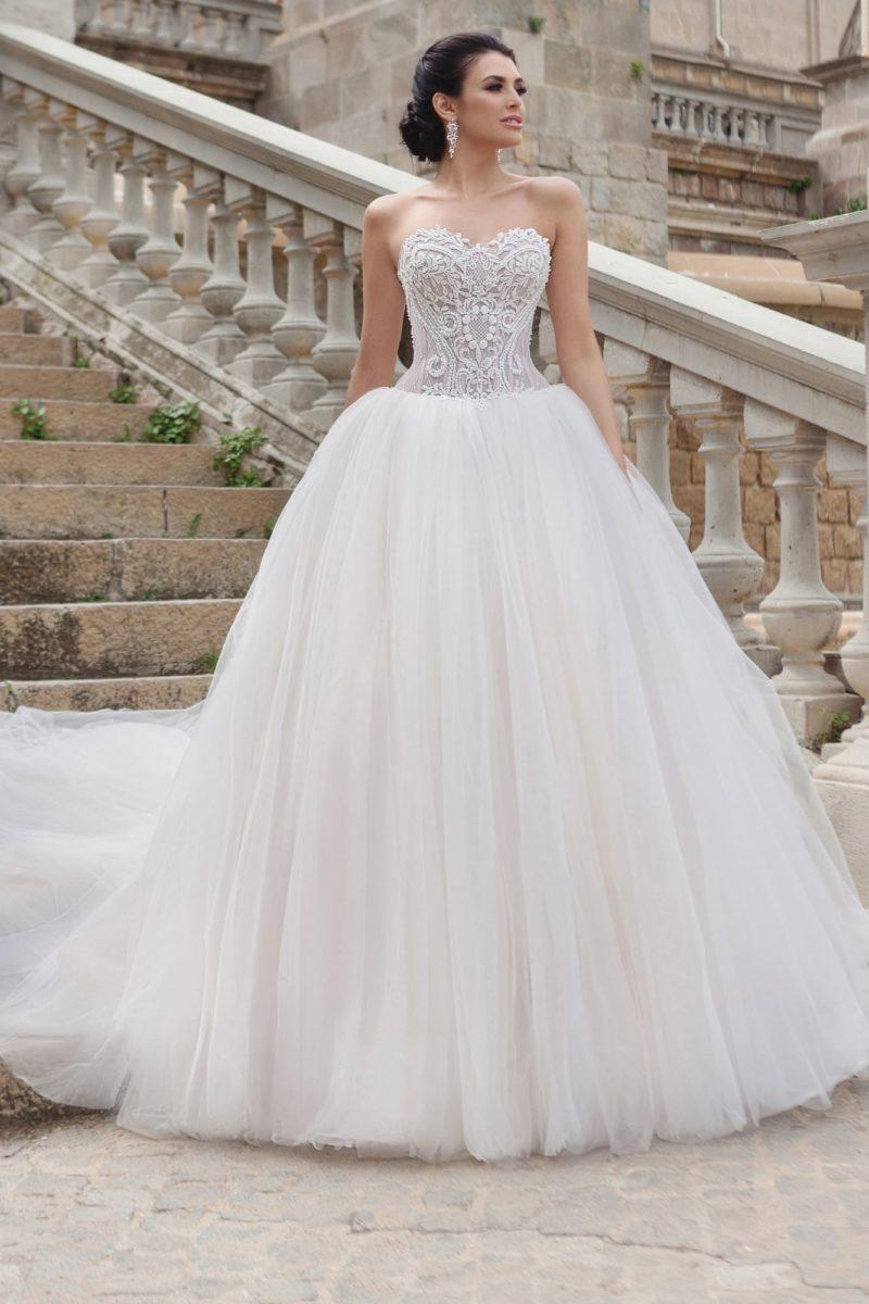 Свадебное платье пышного кроя с открытым кружевным корсетом и шлейфом.