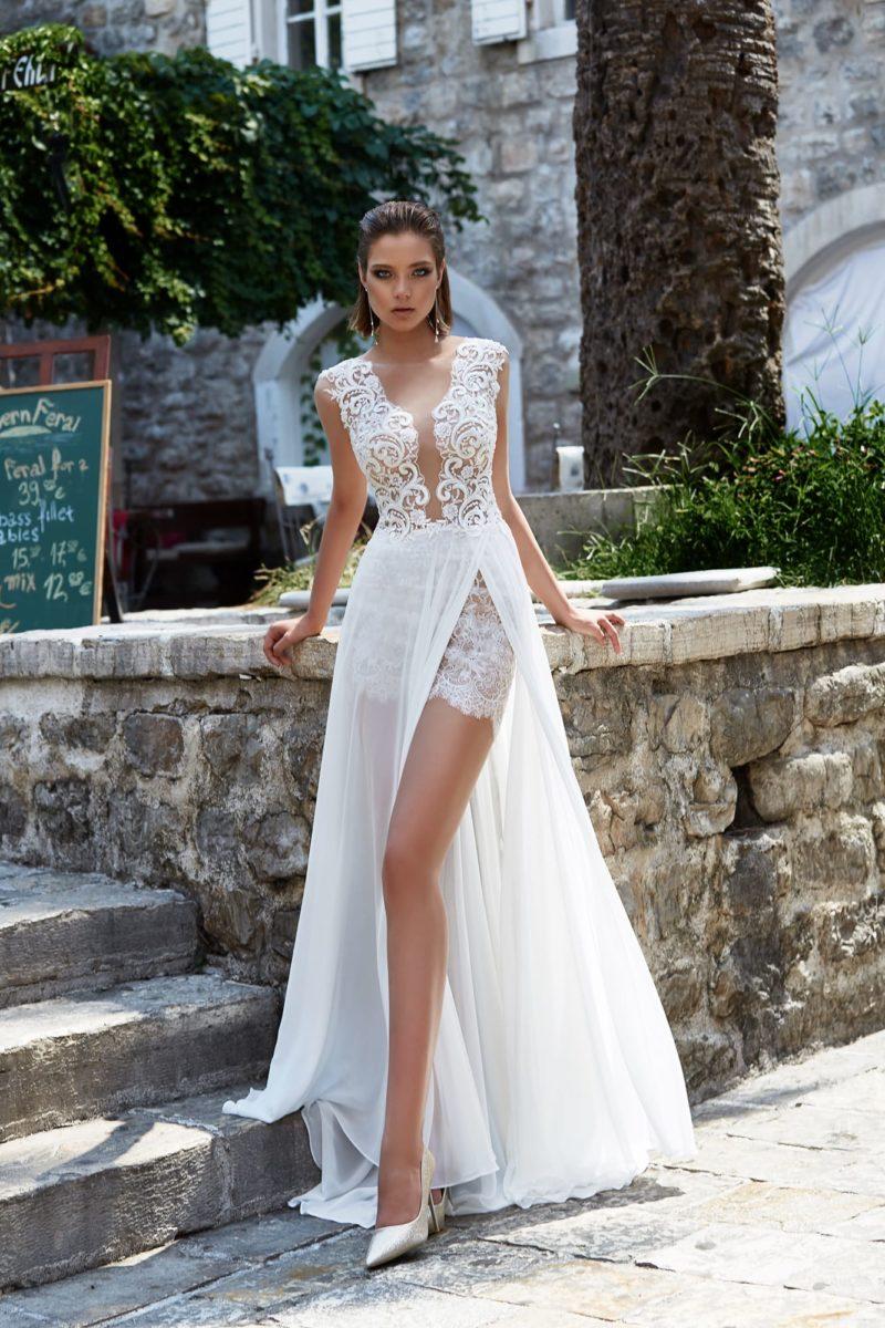 Свадебное платье с кружевной отделкой и прямой юбкой с чувственными разрезами.