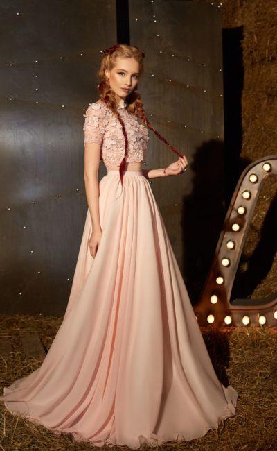 Персиковое вечернее платье с фактурным укороченным топом и элегантной юбкой.