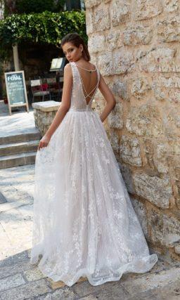 Свадебное платье «принцесса» из романтичной ткани, с эффектными вырезами.