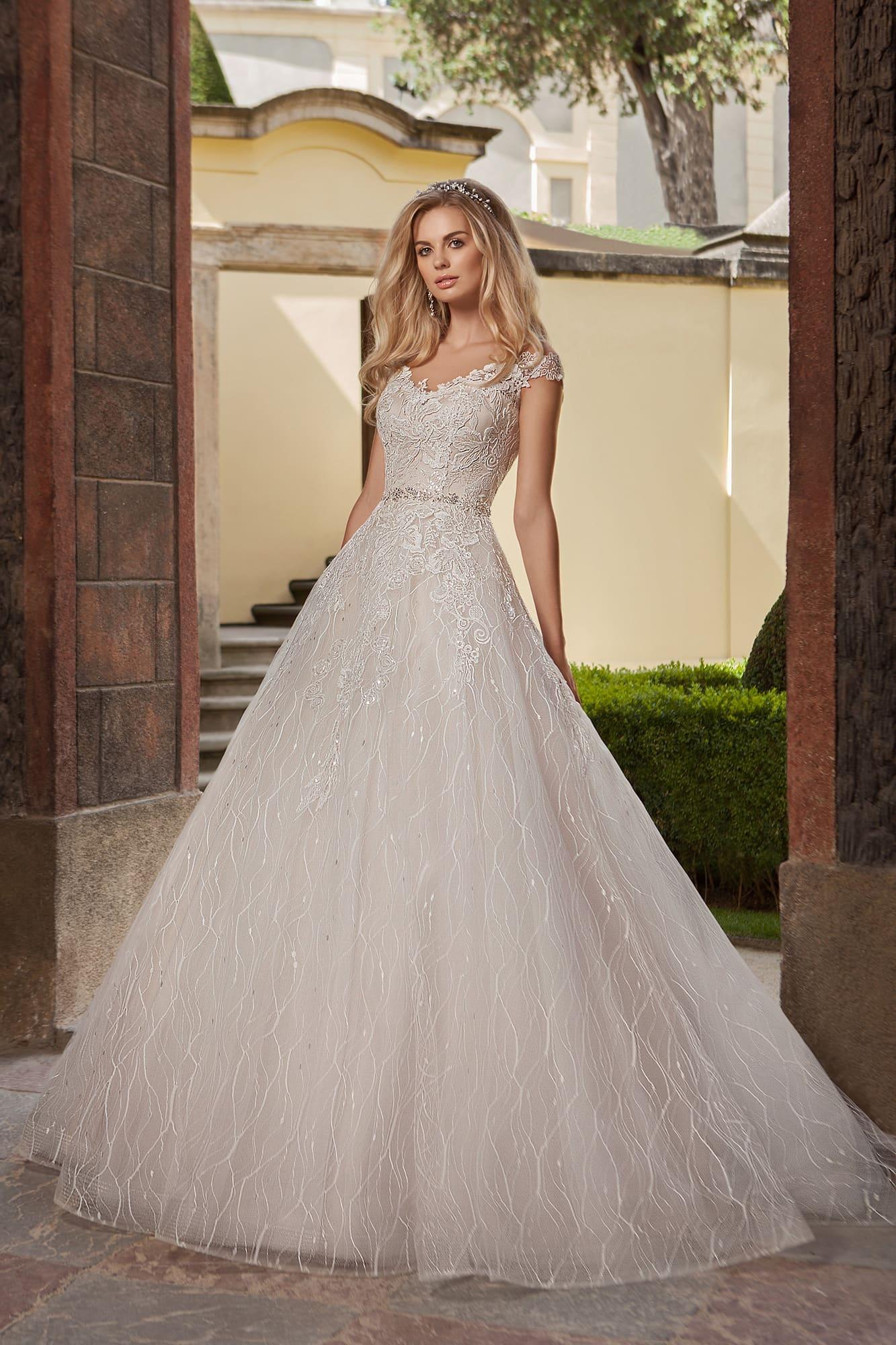 9b7135288fe12e Свадебное платье А-силуэта цвета слоновой кости, с кружевным декором и  поясом.