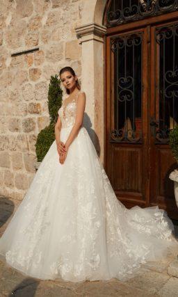 Свадебное платье А-силуэта с роскошной юбкой и соблазнительным бежевым лифом.