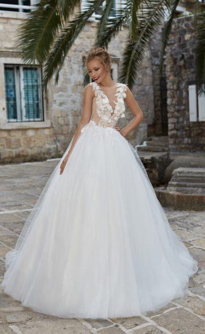 Свадебное платье пышного кроя с бежевым силуэтом и декором из белого кружева.